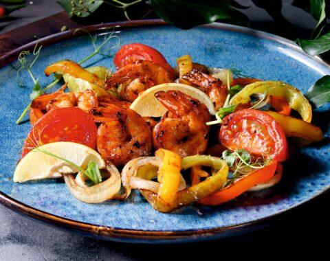 Креветки жареные с овощами